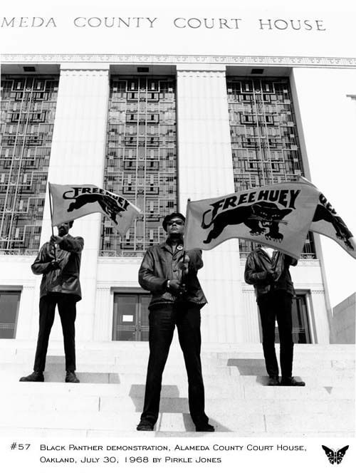Black Panther demonstration at Alameda County Court House in Oakland, CA. Foto: Pirkle Jones